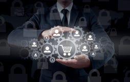 Sicherheit und Versicherung des Handels und der Waren Vergrößerungsglas u lizenzfreie stockfotografie