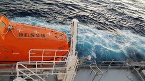 Sicherheit zuerst! Das Rettungsboot ist bereit! stockbild