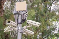 Sicherheits-Überwachungskamera und städtisches Video am allgemeinen Park Stockbild