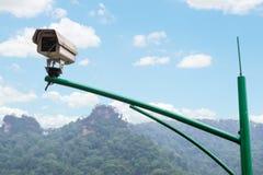 Sicherheits-Überwachungskamera und städtisches Video am allgemeinen Park Lizenzfreie Stockfotografie