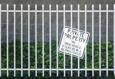 Sicherheits-Eisenzaun und kein übertretendes Zeichen Lizenzfreie Stockfotos