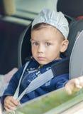 Sicherheits-Konzept: Porträt jungen kaukasischen glücklichen Little Boy-Si Stockbilder