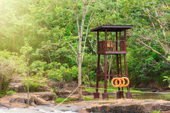 Sicherheits-Uhr-Turm an Außentemperatur-Tonne Wasserfall in der frühen Regenzeit herein Lizenzfreie Stockfotografie