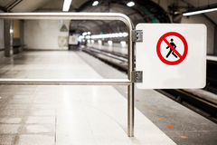 Sicherheits-Verbot-Zeichen (kreuzen Sie nicht), auf einer U-Bahn-Plattform Lizenzfreie Stockbilder