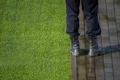 Sicherheitsbeamte, der nahe bei Kreidemarkierung auf Fußballplatz steht stockbild