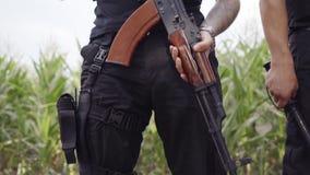 Sicherheitsbeamten in der vollen Ausrüstung, Sturzhelm, Schild, Maschinengewehr, Schutzkleidung stock video
