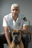 Sicherheitsbeamter und Hund Stockfotos