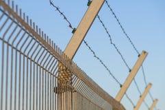 Sicherheitsbeitrag mit Stacheldrahtzaunnahaufnahme Lizenzfreies Stockbild