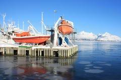Sicherheitsboot auf eisigen Lofotens Meer Lizenzfreies Stockfoto