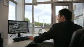 Sicherheitsgesellschaftsbetreiber passt Autos auf Bildschirm im Büro auf stock video