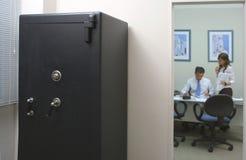 Sicherheitskasten in einem Büro mit einem Angestellten und seinem Sekretär Stockfoto
