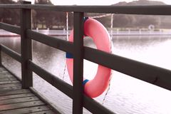 Sicherheitskreis auf dem Wasser Brücke über dem Fluss stockbilder