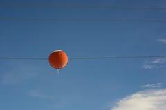 Sicherheitsmarkierungsball auf Stromleitung Stockfotografie