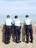 Sicherheitspersonaluhrtouristen an der Gezeiten- Bucht Mont Sa Stockfoto
