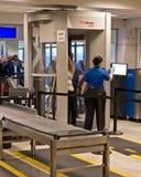 Sicherheitsscanner am Flughafen Stockfotografie