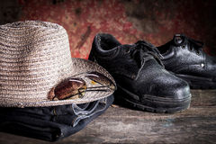 Sicherheitsschuhe und schwarze Gläser und Hass Lizenzfreie Stockfotos