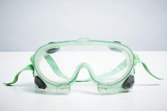 Sicherheitsschutzbrillen auf weißem Hintergrund Stockfoto