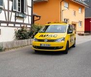 Sicherheitssicherheitsauto vom ADAC, das auf ruhige deutsche Stadt von fährt Lizenzfreies Stockbild