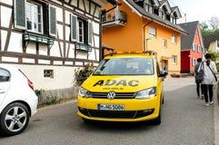 Sicherheitssicherheitsauto vom ADAC, das auf ruhige deutsche Stadt von fährt Stockbilder