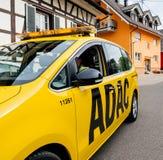 Sicherheitssicherheitsauto vom ADAC, das auf ruhige deutsche Stadt von fährt Stockfotos