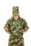 Sicherheitssoldat in der Militärpolizei, die in der Verteidigung steht Lizenzfreie Stockfotos