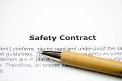 Sicherheitsvertrag mit hölzernem Stift stockfotos