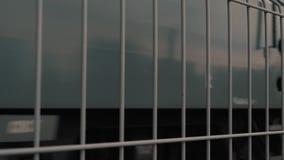 Sicherheitszaun auf der Stationsplattform Zugbewegung durch Schiene stock video