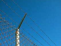 Sicherheitszaun mit Drähten Lizenzfreie Stockfotografie