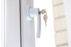 Sichern Sie Fensterkurbel mit Schlüssel Lizenzfreie Stockfotografie