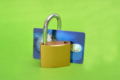 Sichern Sie Kreditkarte mit dem Verschluss, der auf Weiß lokalisiert wird Stockbilder