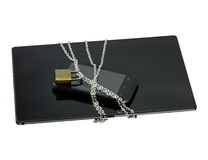 Sichern Sie Smartphone und Tablette mit einer Kette, die mit Vorhängeschloß zugeschlossen wird Stockbild