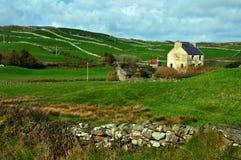 Sicherung eines landwirtschaftlichen Bauernhofhauses in Irland Lizenzfreie Stockfotos