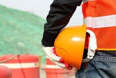 Sicherungsarbeitenkonzept, Bauarbeiter, der Sturzhelm hält Stockfoto