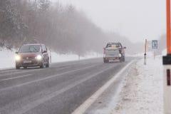 Sicht mit Auto im Nebel lizenzfreies stockfoto