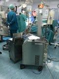 Sichtbar das Herz, Hände von Herzchirurgen mit Werkzeugen Lizenzfreie Stockbilder