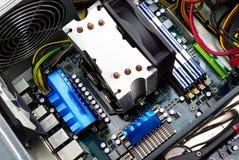 Sichtbarer Kühlkörper der Draufsicht des Computermotherboards, Fan, RAM-Gedächtnis, Videokarte, Stromversorgung und Kabel stockfotografie