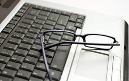 Sichtgläser auf Laptop Lizenzfreies Stockbild