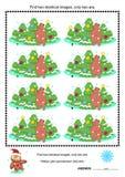 Sichtpuzzlespiel - finden Sie zwei identische Bilder des Bären und der Weihnachtsbäume Stockbilder