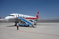 Sichuan Airlines Aeroplae dans l'aéroport de Turpan Images stock