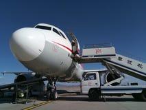 Sichuan Airlines Aeroplae no aeroporto de Panzhihua fotos de stock royalty free
