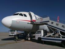 Sichuan Airlines Aeroplae no aeroporto de Panzhihua imagem de stock royalty free