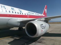 Sichuan Airlines Aeroplae no aeroporto de Panzhihua foto de stock royalty free