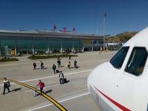 Sichuan Airlines Aeroplae på den Panzhihua flygplatsen Royaltyfria Foton