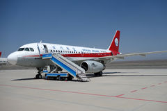 Sichuan Airlines Aeroplae in Turpan-Flughafen Stockbilder