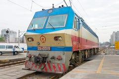 SICHUAN, CHINA - 8 de junho de 2015: Estradas de ferro SS7D locom bonde de China imagens de stock