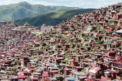 SICHUAN KINA - SEPTEMBER 19 2014: Larung Gar (Larung fem vetenskapsBu Fotografering för Bildbyråer