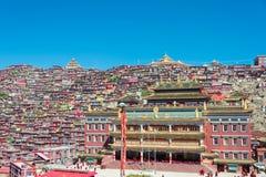 SICHUAN KINA - SEPTEMBER 20 2014: Larung Gar (Larung fem vetenskapsBu Royaltyfria Bilder