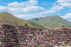 SICHUAN KINA - SEPTEMBER 19 2014: Larung Gar (Larung fem vetenskapsBu Arkivfoto