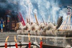 SICHUAN KINA - SEPTEMBER 13 2014: Rökelsepinne på den Lingshan templet Fotografering för Bildbyråer