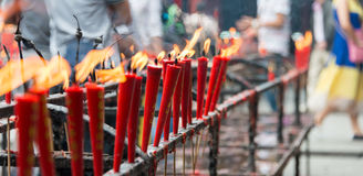 SICHUAN KINA - SEPTEMBER 13 2014: Stearinljus på den Lingshan templet en famou Arkivbilder